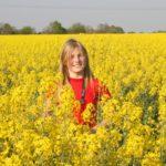 Junge Frau in Rapsfeld